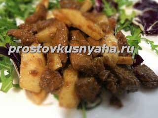 Салат с грушей и печенью