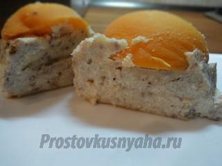 Творожная запеканка с консервированными персиками и орехами