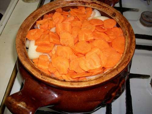 Укладываем мясо и овощи в глиняный горшочек